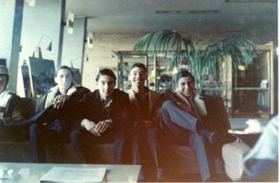 Edgar Bogolasky, José Claudio Bogolasky y Marcos Zylberberg, viaje de estudios 1966, Hotel Columbia Palace, Montevideo - small