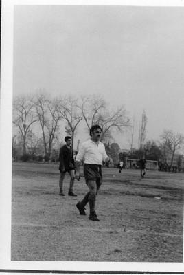 Profesor Sergio Riquelme jugando fútbol - small